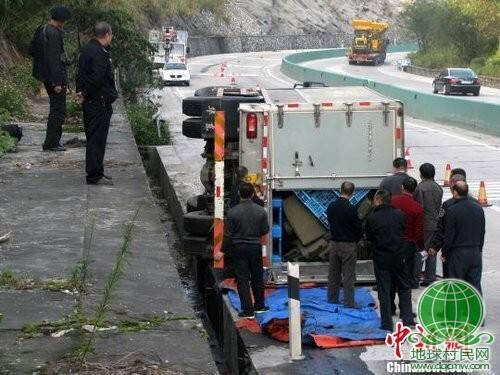 广西载6亿运钞车侧翻 警方花4小时转移