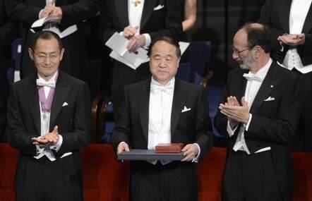 莫言上台领取2012年诺贝尔文学奖 微笑鞠躬致意