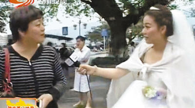 雅安地震 记者穿婚纱报道