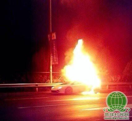 北京四环路上一辆兰博基尼跑车自燃爆炸