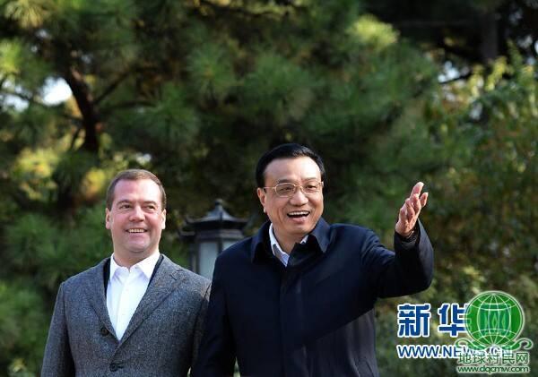 李克强与俄罗斯总理梅德韦杰夫在钓鱼台国宾馆散步话别