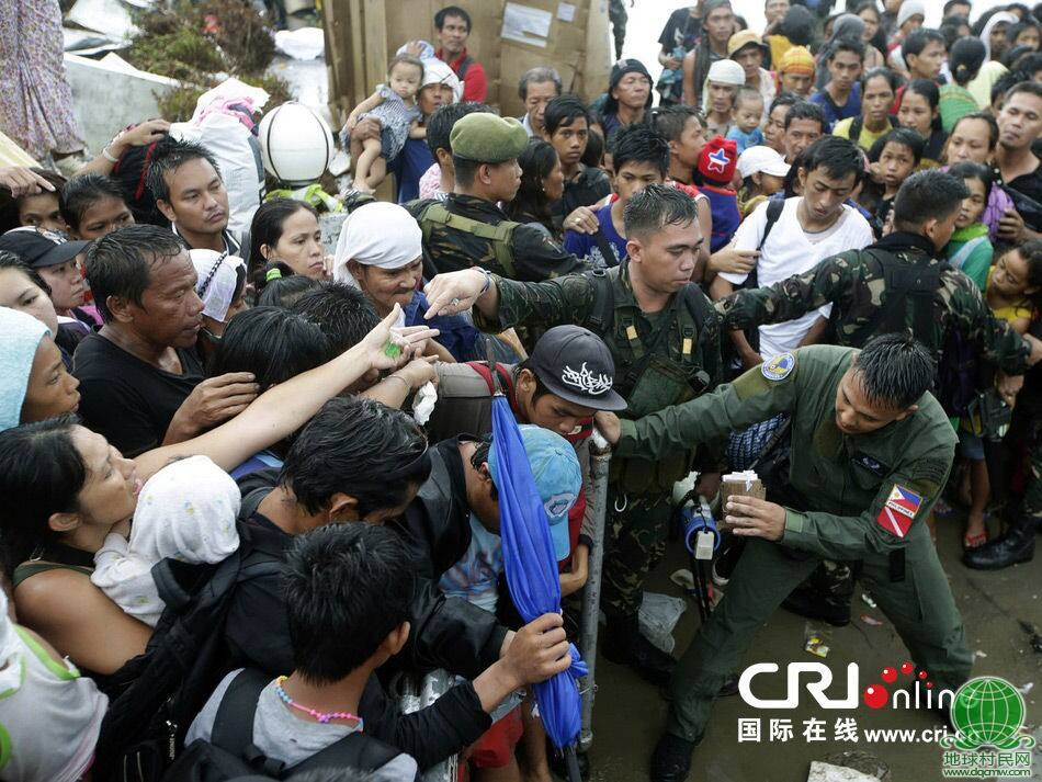 菲律宾千余幸存者为乘军机撤离灾区与军人推搡(组图)