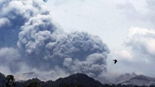 印尼火山喷发致3人死 火山灰似雨点般散落
