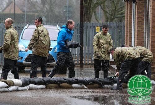 英国遭遇严重洪灾 威廉哈里王子搬沙包救援