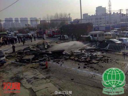 武汉长丰大道地下发生爆炸 车辆被炸飞