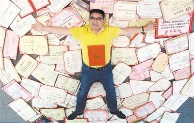 7月3日,江苏黄埔再生资源利用有限公司,陈光标躺在自己的证书上留影。他的公司有一间荣誉室,里面收藏着两万多面锦旗、4100多本证书和三万多条哈达。