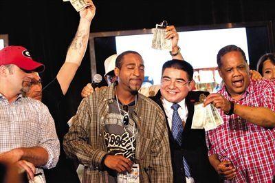 6月25日,陈光标在纽约中央公园举行慈善活动,宴请千名无家可归的穷人,并承诺发放现金300美元。