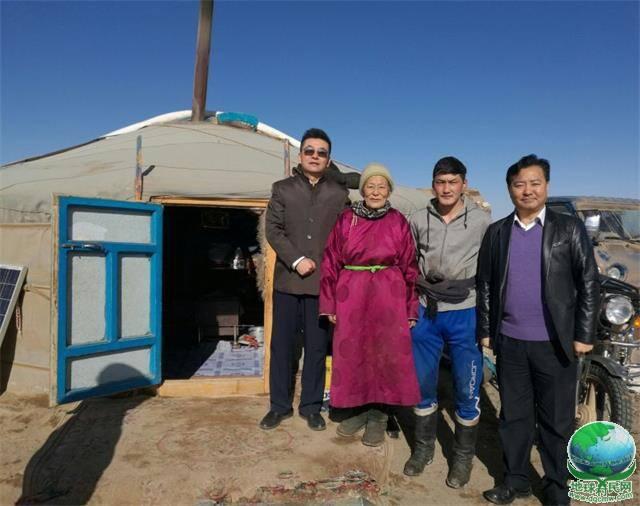 参加蒙古国骆驼文化节不忘慰问蒙古老额吉 敖其尔副主席一行走进戈壁蒙古包