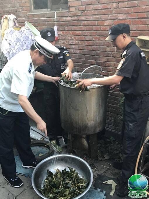 黑作坊躲猫猫:用生虫豆馅包粽子被朝阳平房城管执法队连锅端